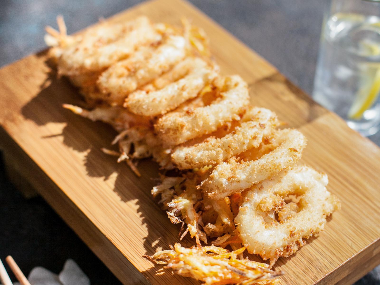 Кольца кальмаров с овощами темпура и кисло-сладким соусом