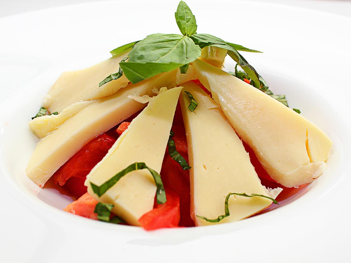 Салат из розовых помидоров с сыром сулугуни и базиликом