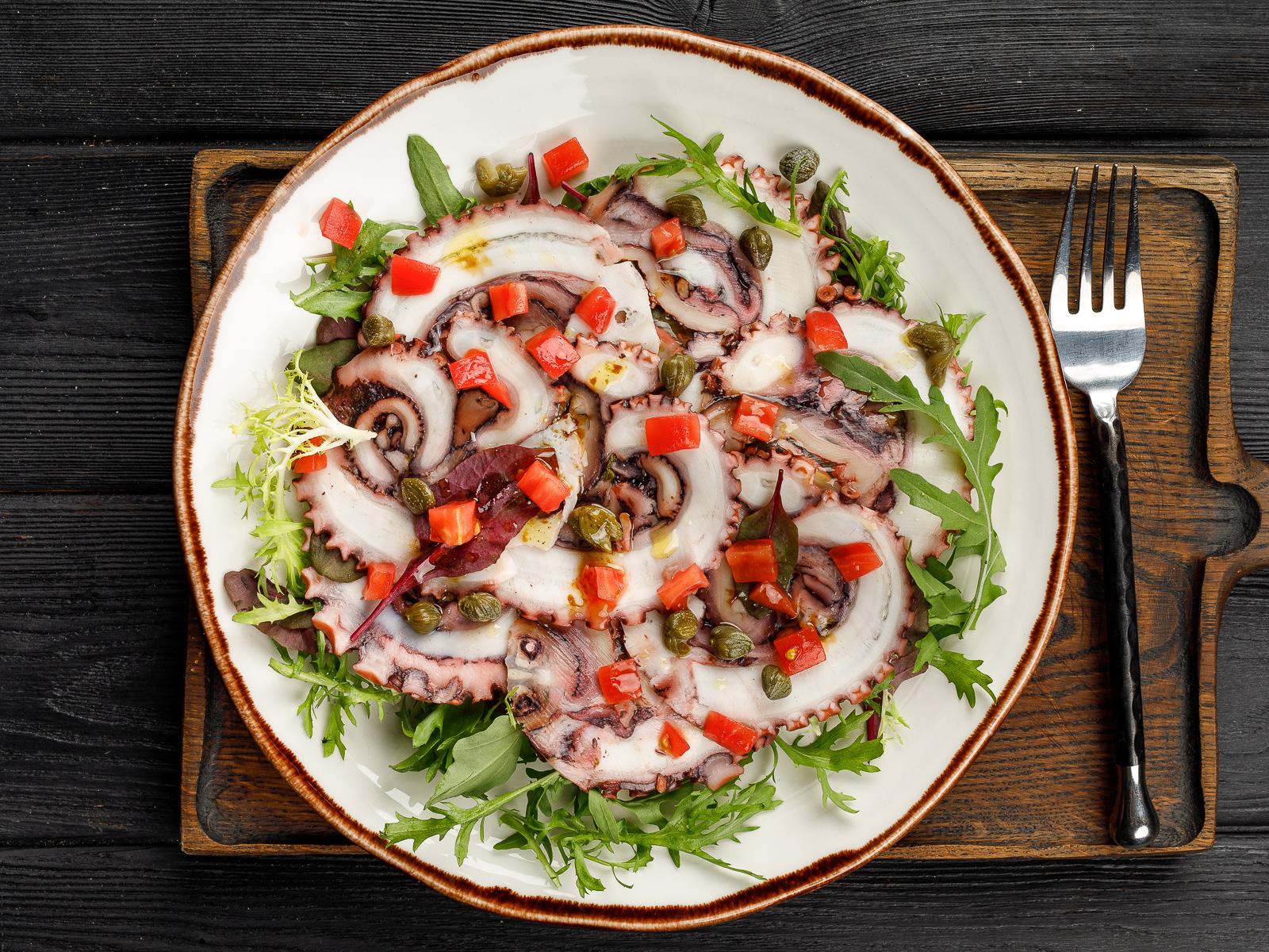 Карпаччо из осьминога с листьями салата