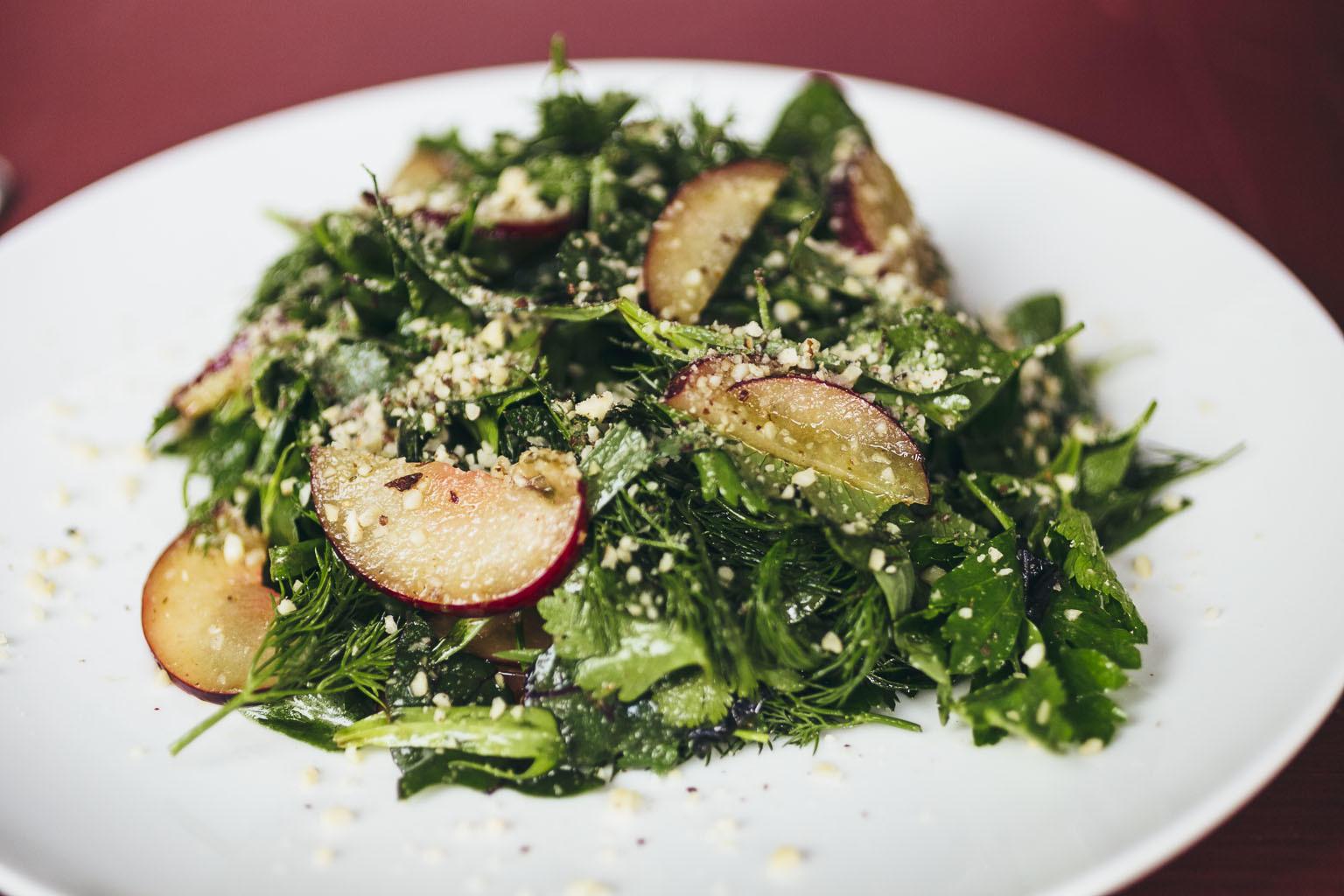 Зеленый салат со сливами и орехами
