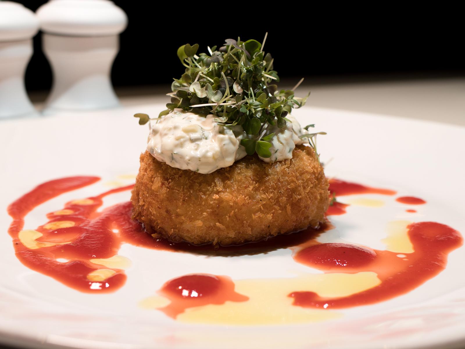 Котлета из морепродуктов в хрустящей панировке с соусом Тартар