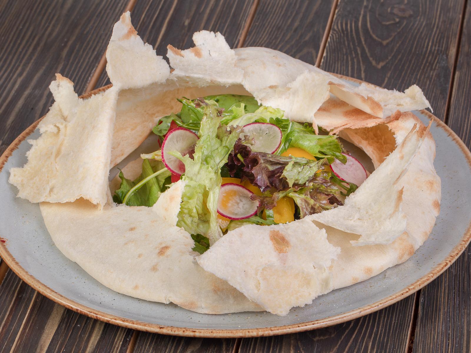 Овощной салат в хлебной сфере