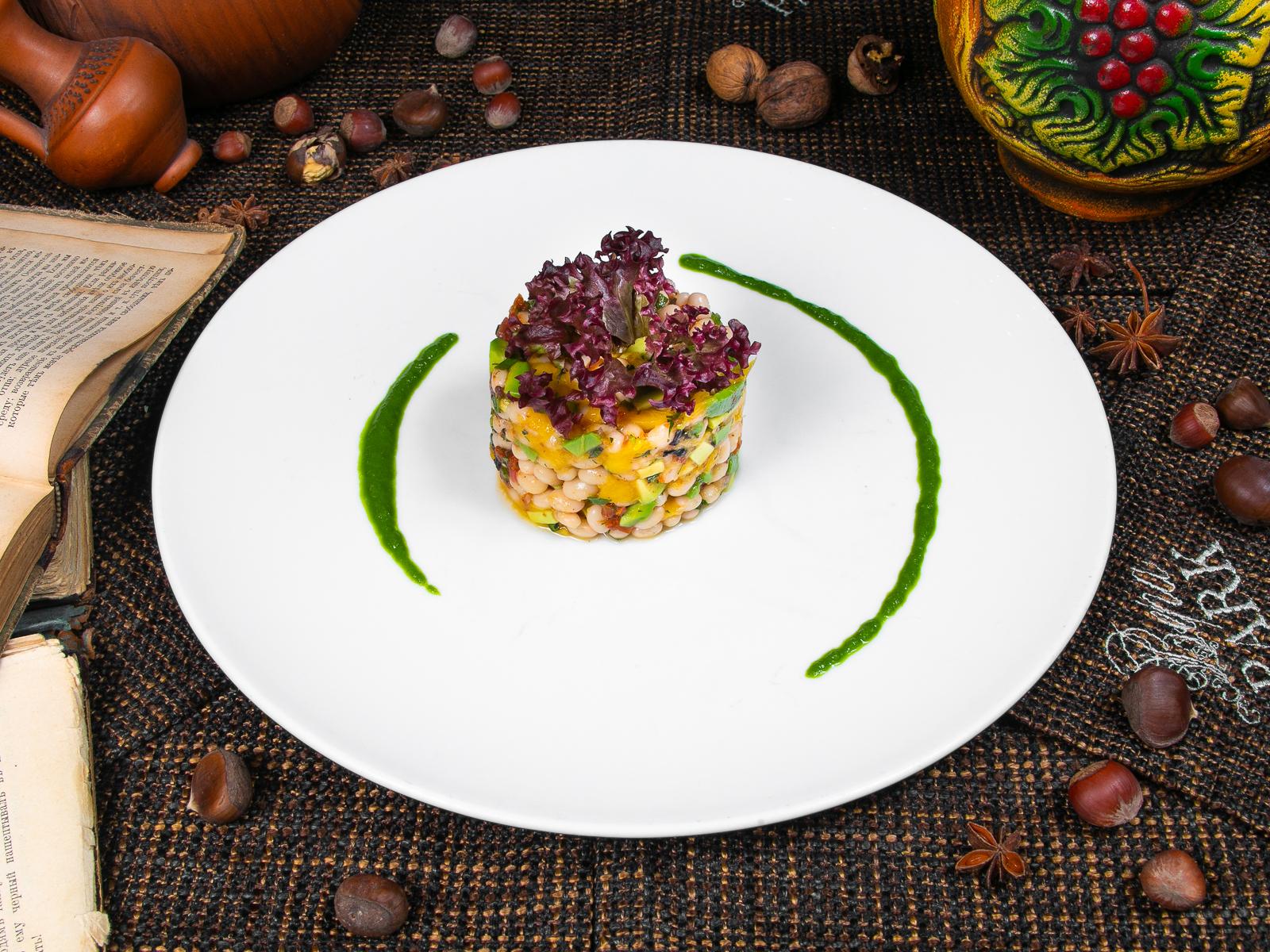 Салат с белой фасолью и манго