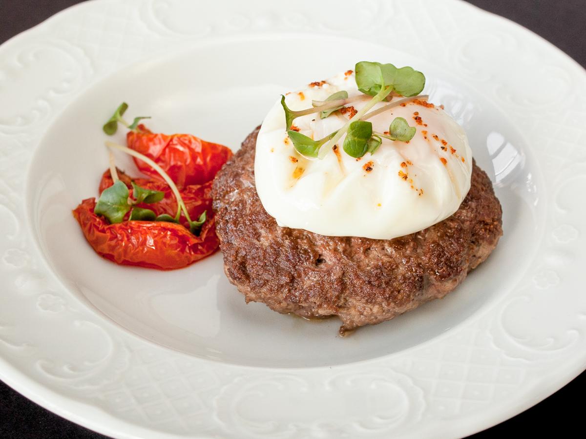 Бифштекс из говядины в мясном соусе