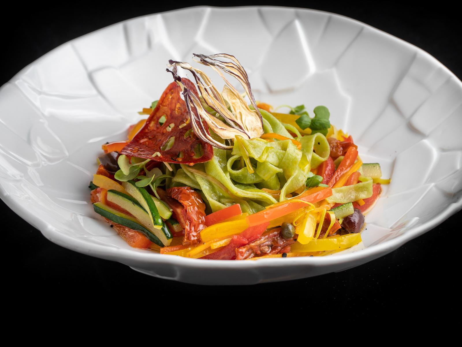 Таглиателли со шпинатом и овощами