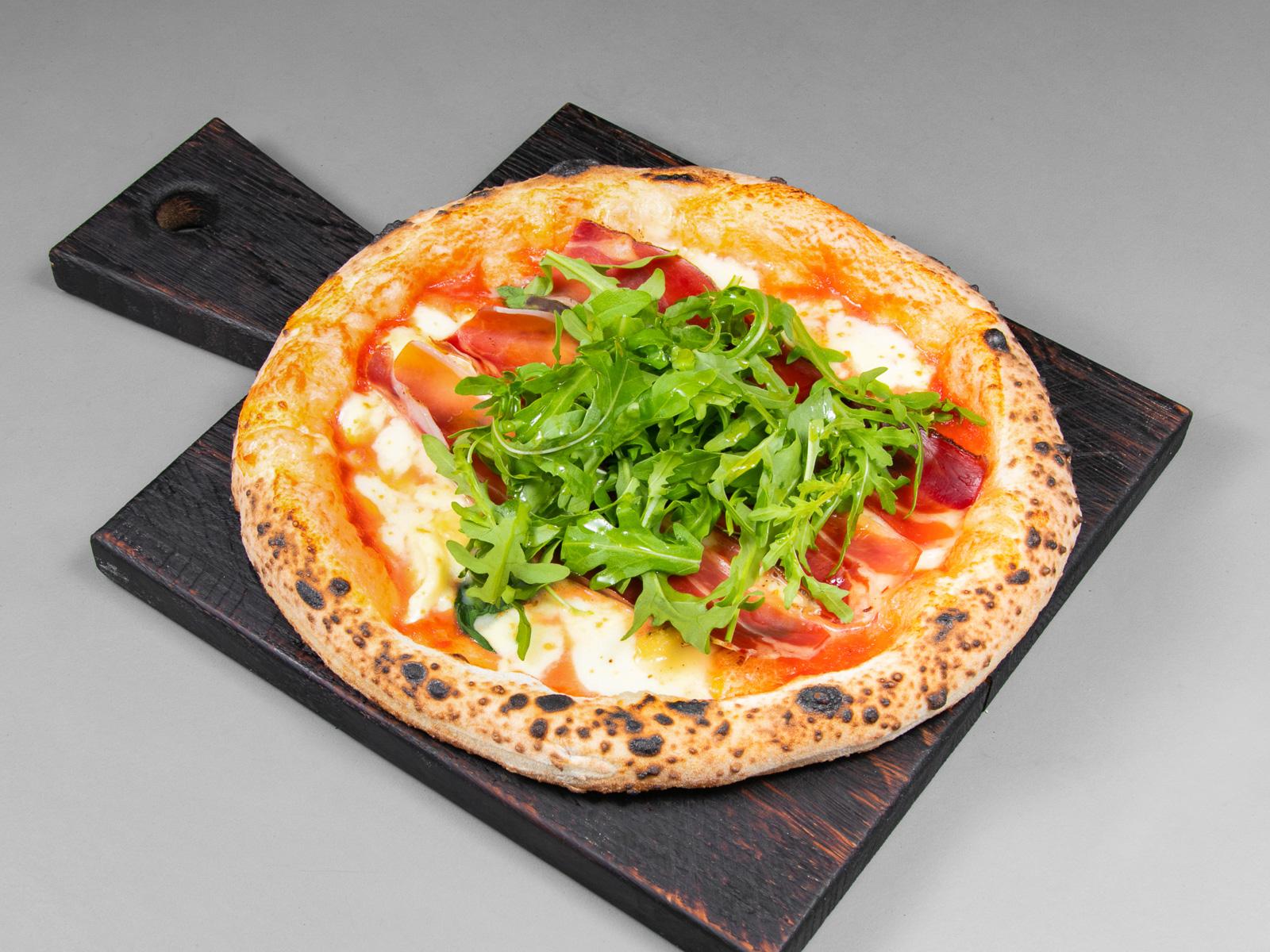 Пицца со шпеком, таледжио и рукколой