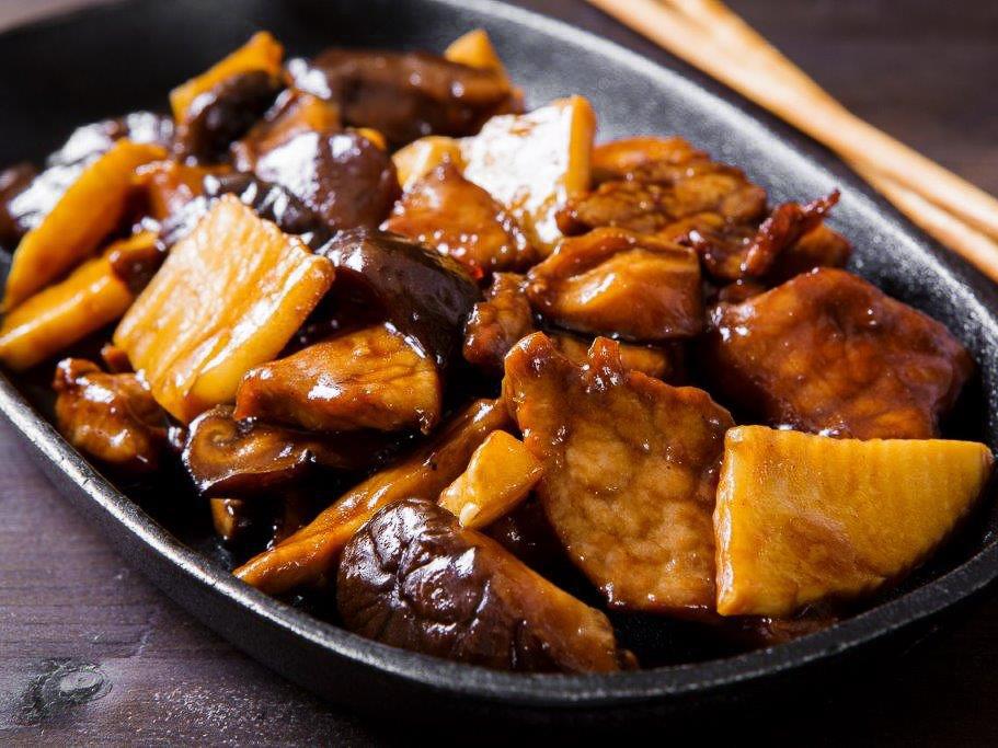 Говядина с грибами шиитаке и бамбуком