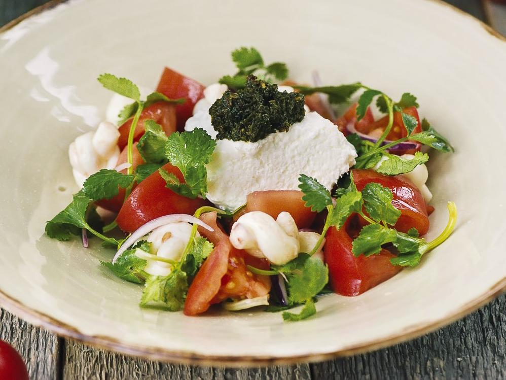 Салат из свежих томатов и мацони