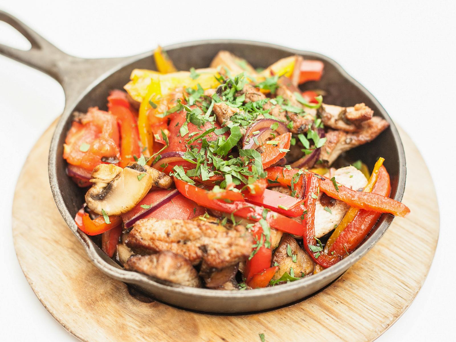 Ломтики телятины с овощами
