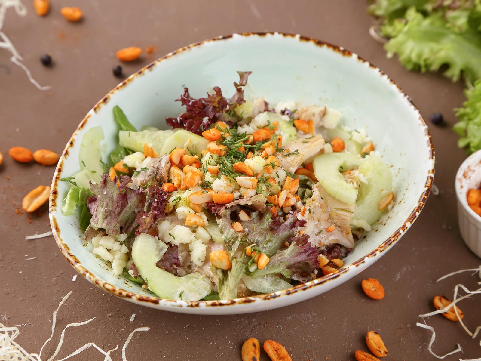 Салат с куриным бедром гриль