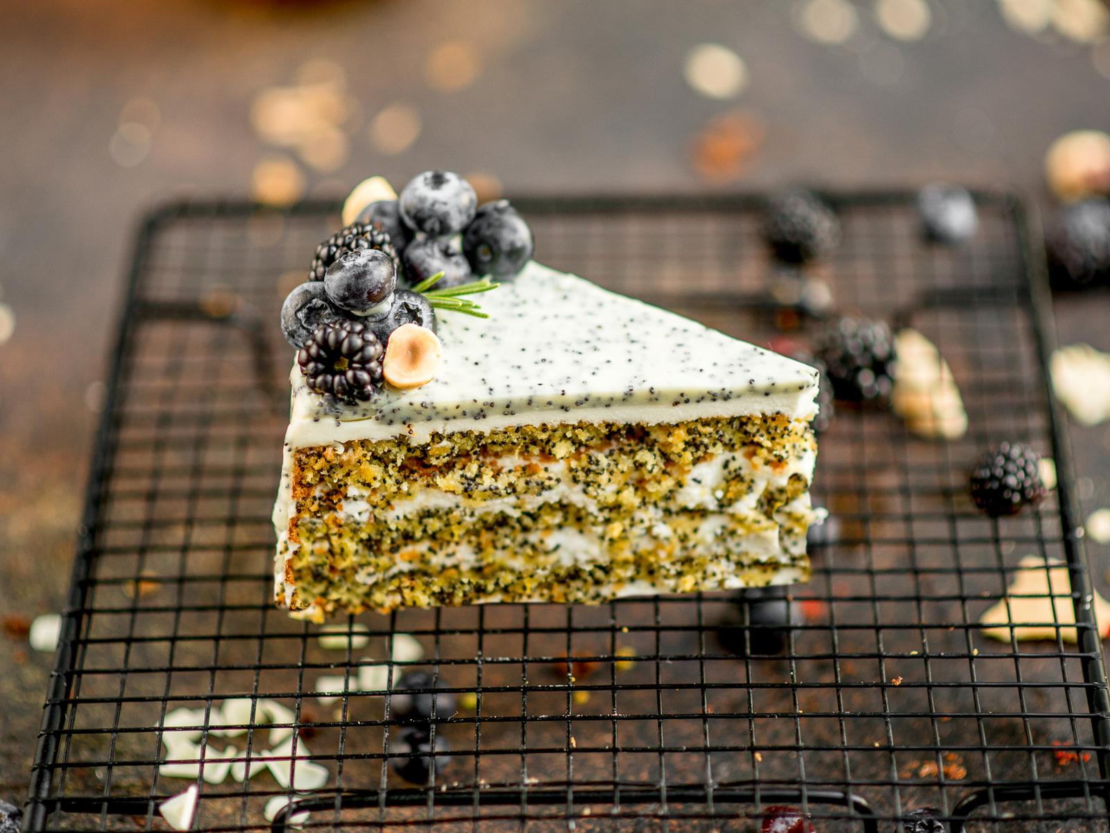 Маковый торт с творожным кремом и лесными ягодами