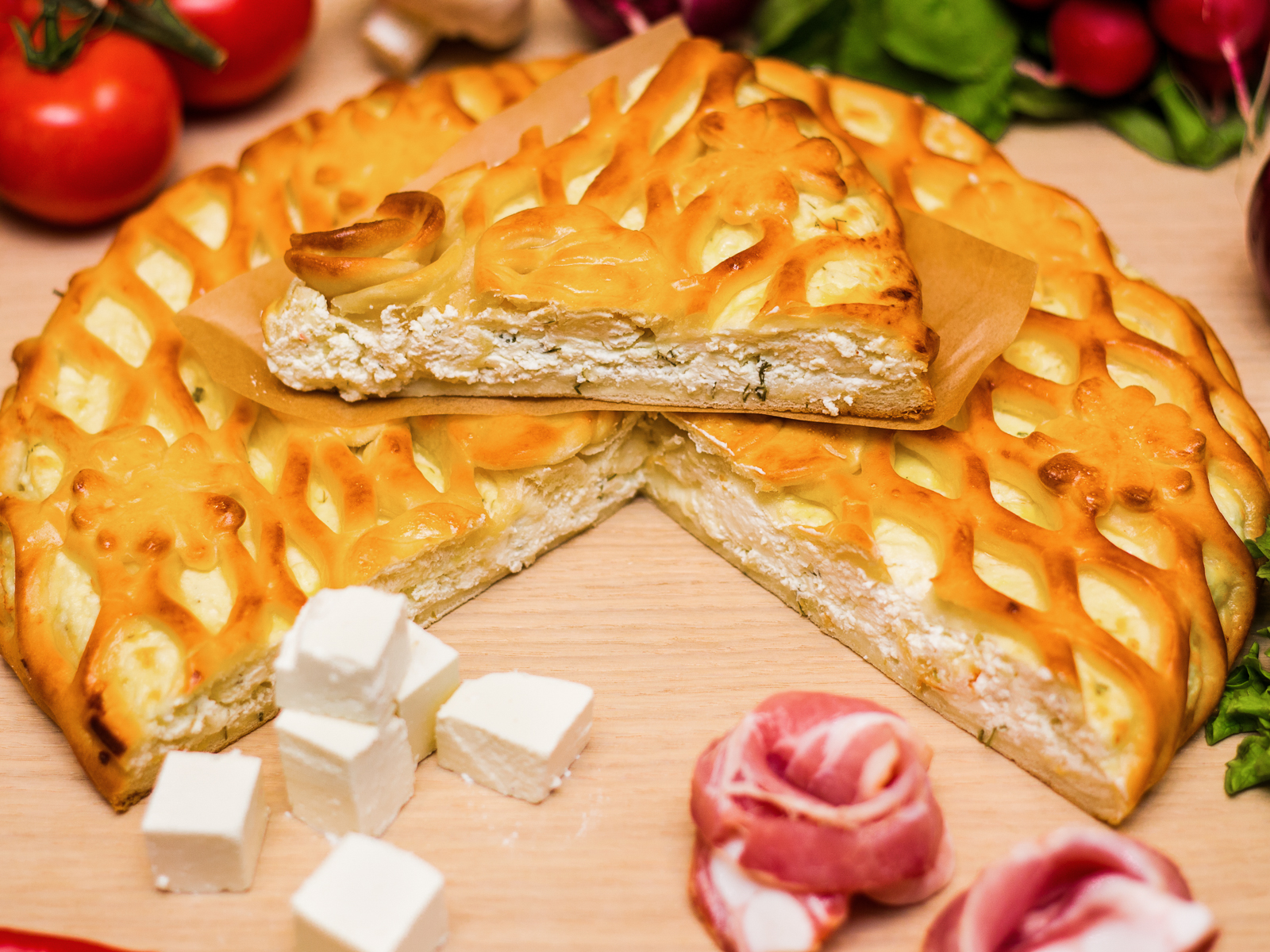 Пирог с брынзой и беконом