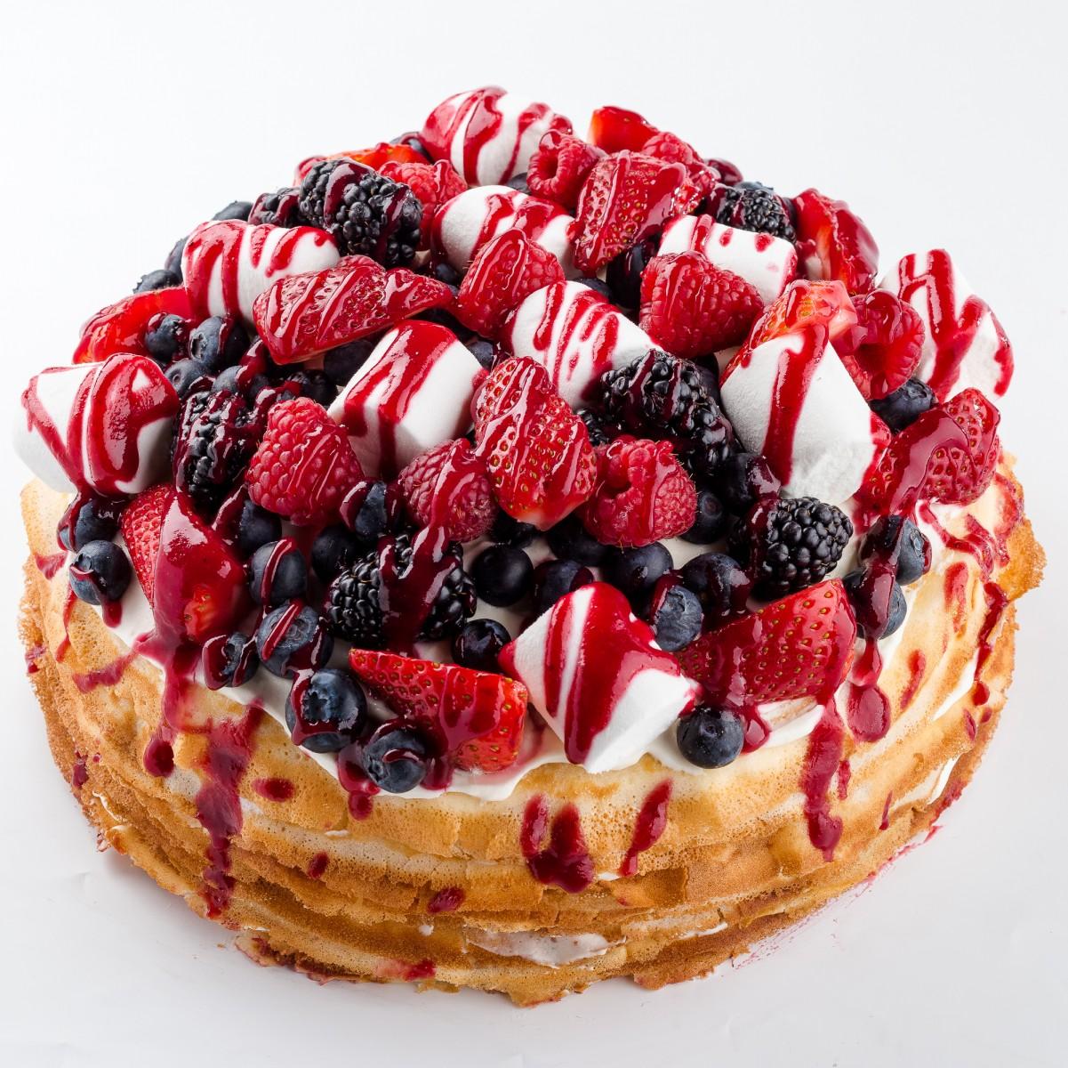 Блинный торт с ягодами и маршмеллоу