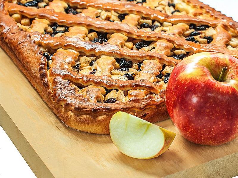 Пирог с яблоком и изюмом