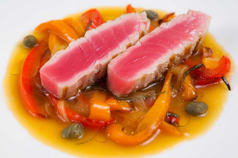 Филе тунца с печеным перцем