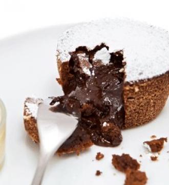 Горячий шоколадный пай с ванильным соусом