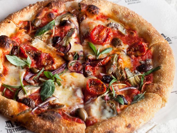 Пицца с артишоками, анчоусами и вялеными томатами