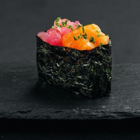 Гункан с лососем и тунцом