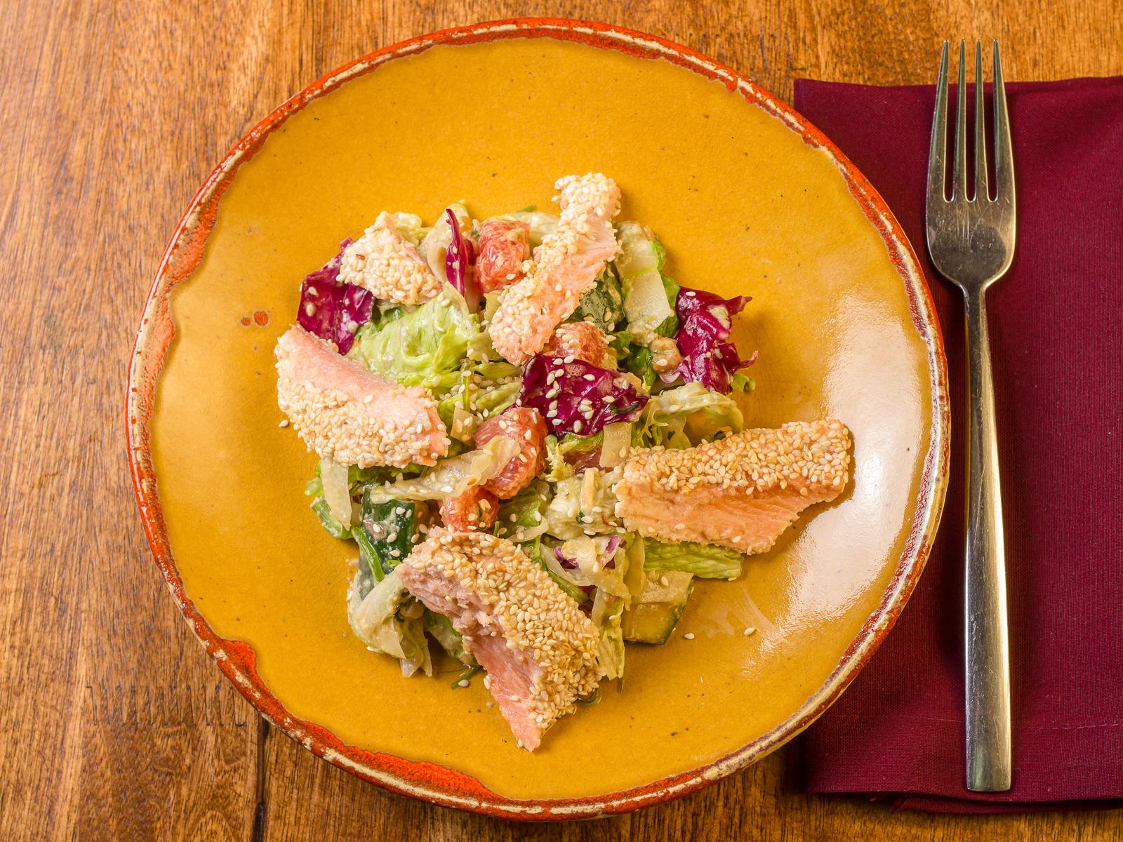 Салат с диким лососем и огурцами
