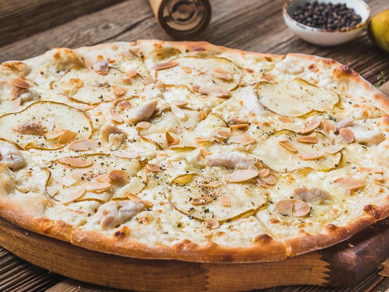 Пицца с курицей, грушей и горгонзолой