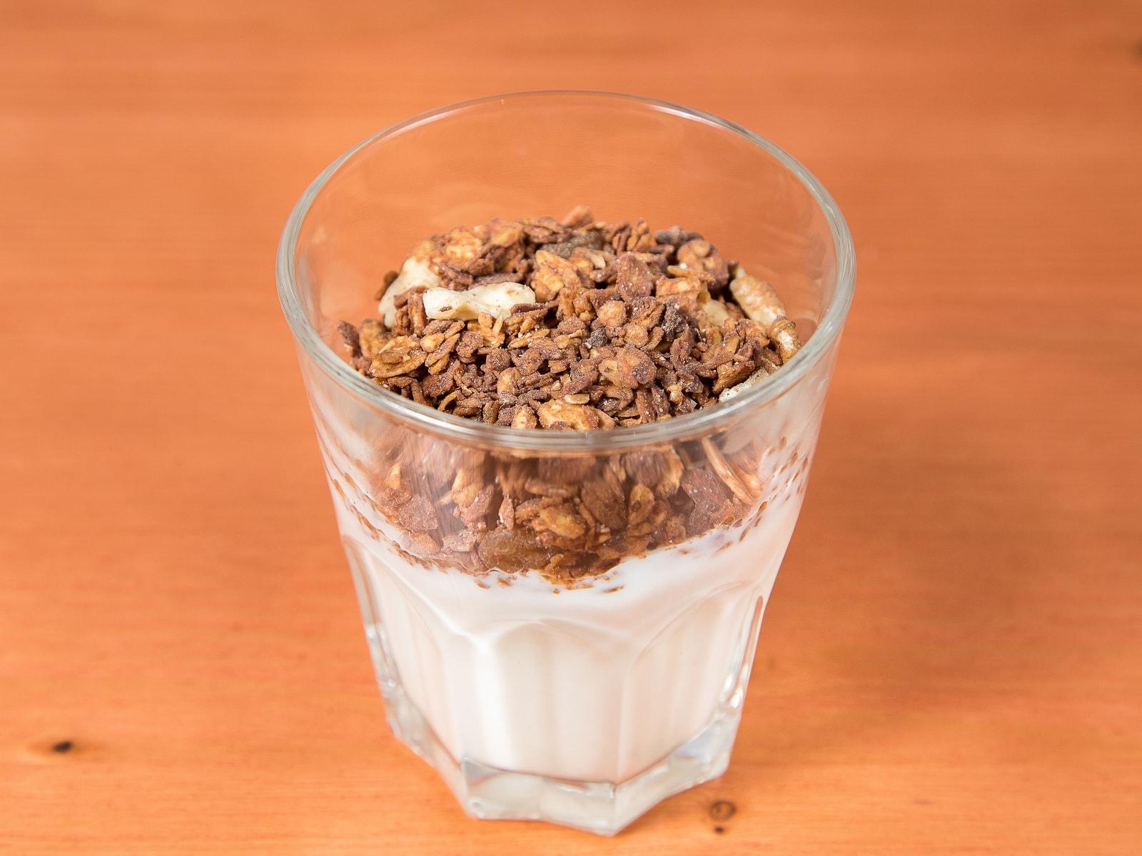 Белый йогурт с гранолой