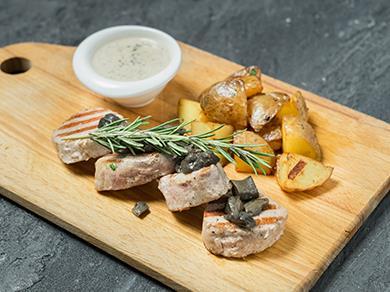 Медальоны из телятины с белыми грибами и картофелем