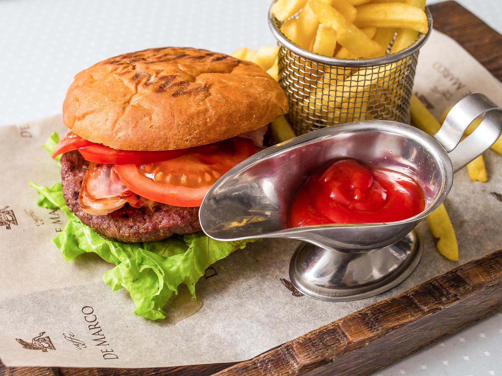 Бургер из рубленной говядины с картофелем фри
