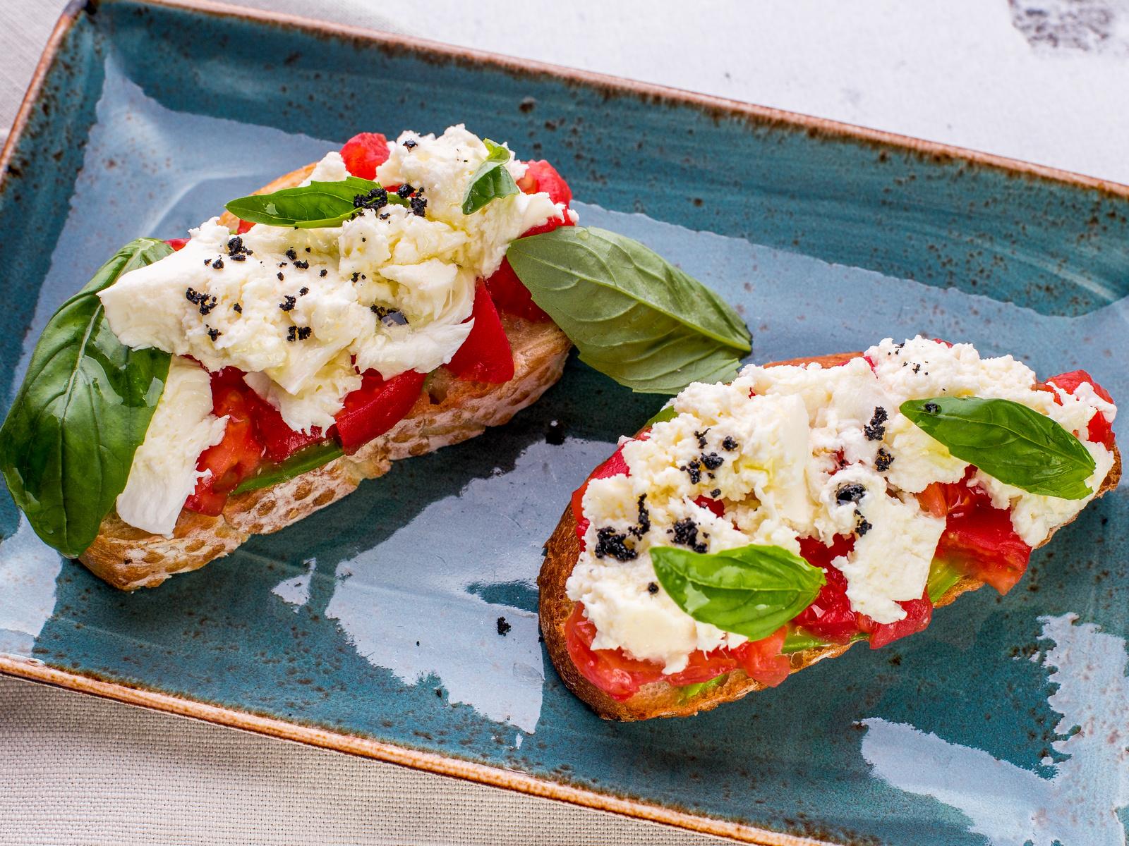 Брускетты с томатами, сыром Моцарелла и оливками