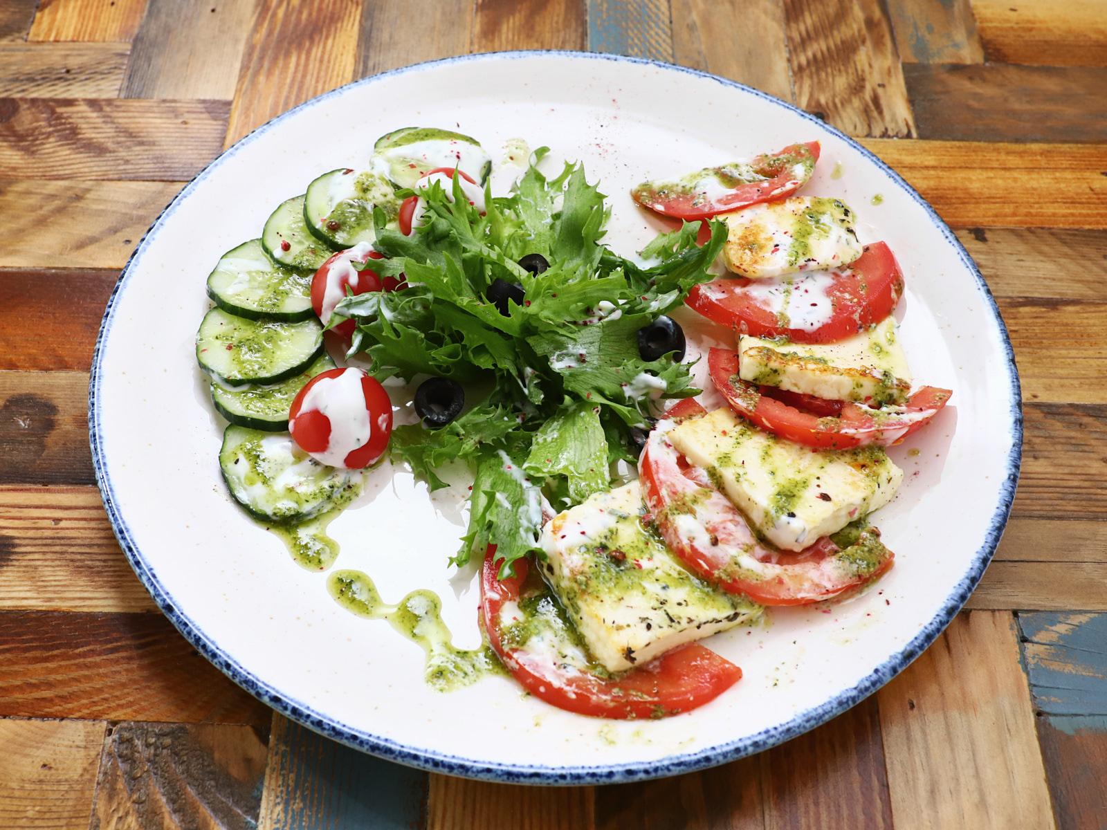 Салат из свежих овощей с жареным адыгейским сыром