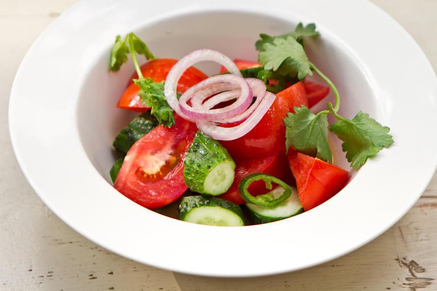 Салат из свежих овощей с кахетинским маслом