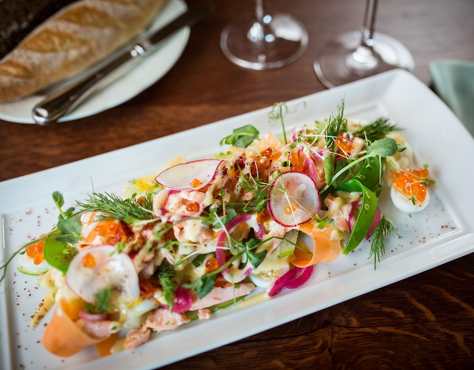 Салатъ изъ лососины с оранжевым соусом