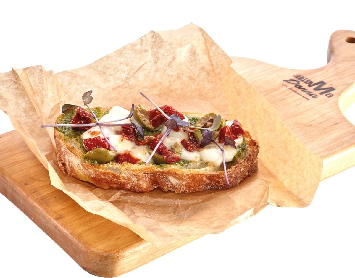 Брускетта с сыром Моцарелла, вялеными томатами и соусом Песто