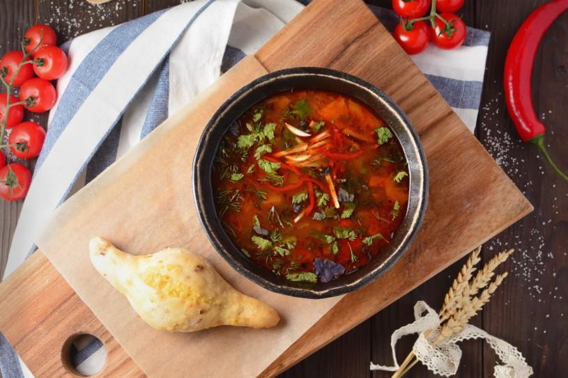 Суп-гуляш с луковым багетом с чесноком