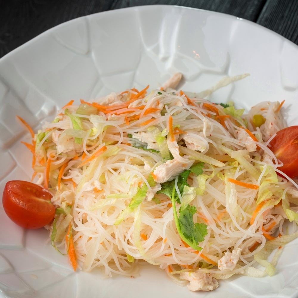 Тайский салат с лапшой и курицей