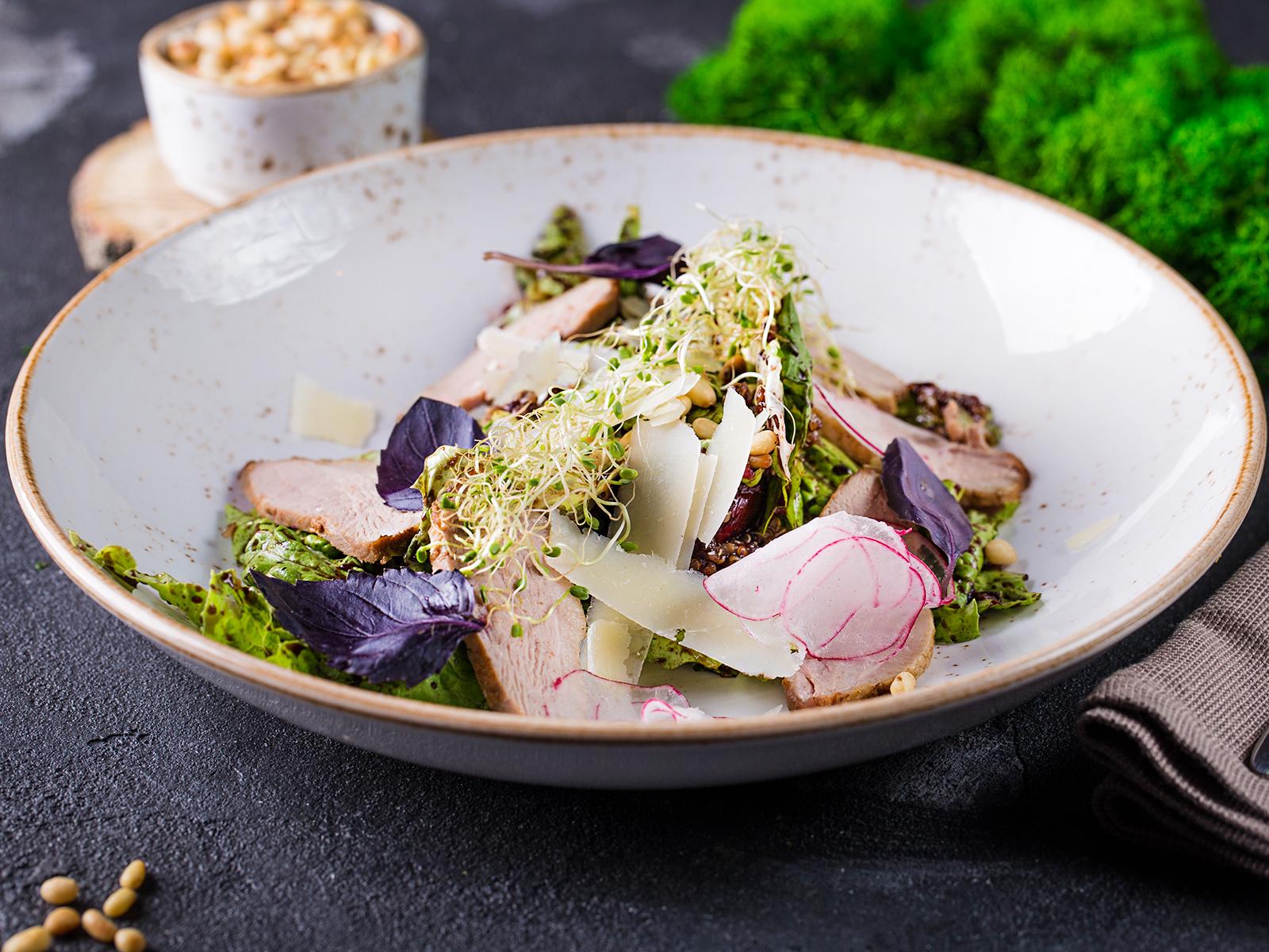 Салат с копченой уткой и сыром