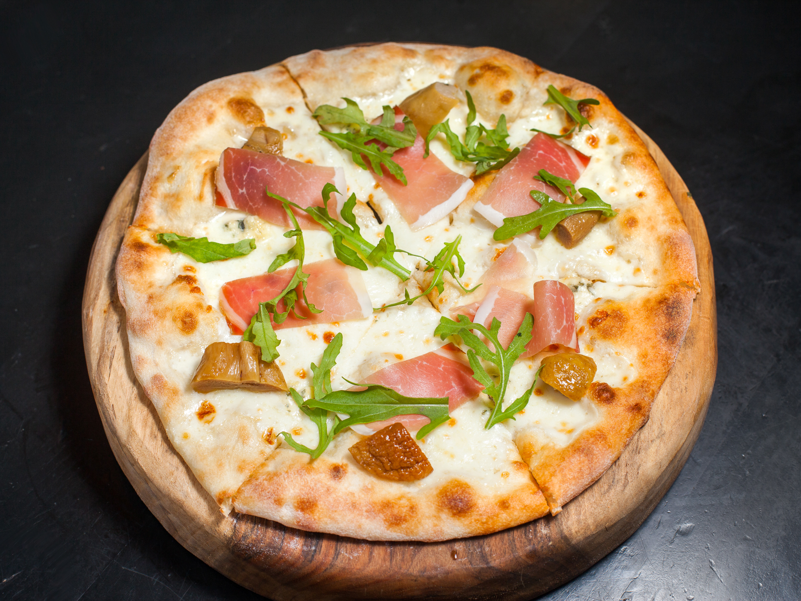 Пицца с белыми грибами и ветчиной