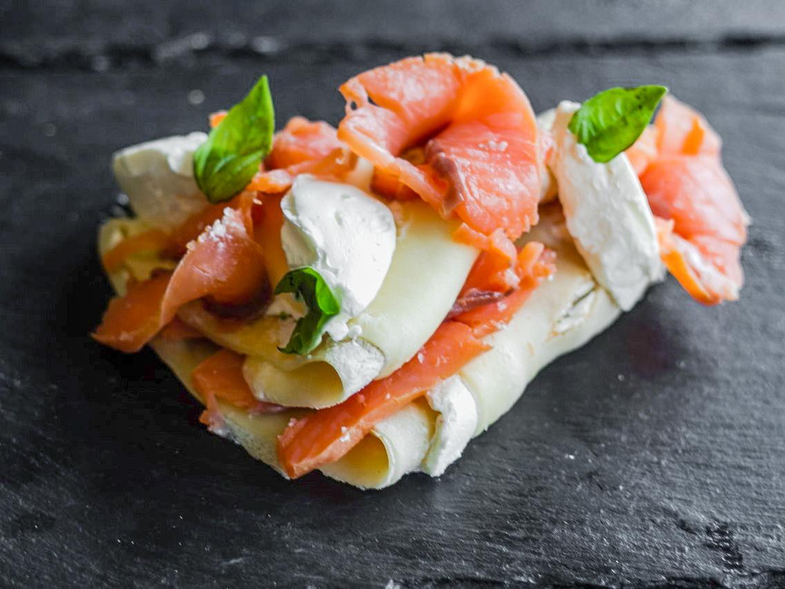 Блины с копченым лососем и сливочным сыром