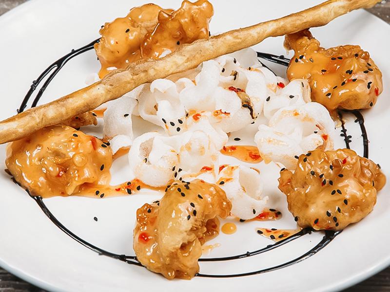 Тигровые креветки в хрустящей темпуре в остро-сладком соусе