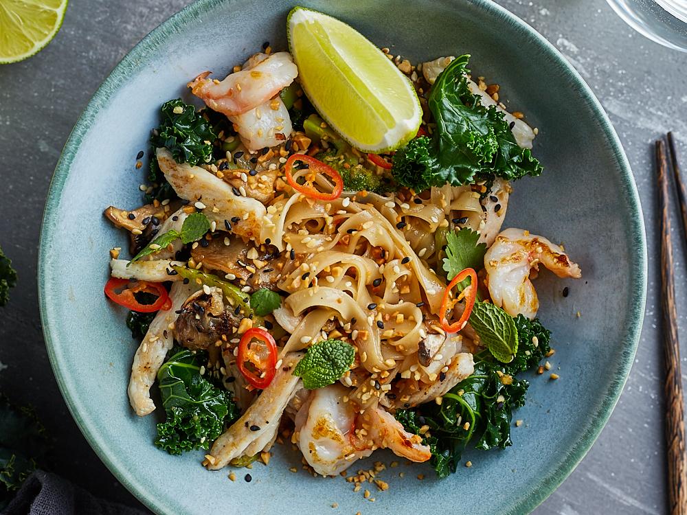 Рисовая лапша Pad Thai с капустой кейл, курицей и креветками