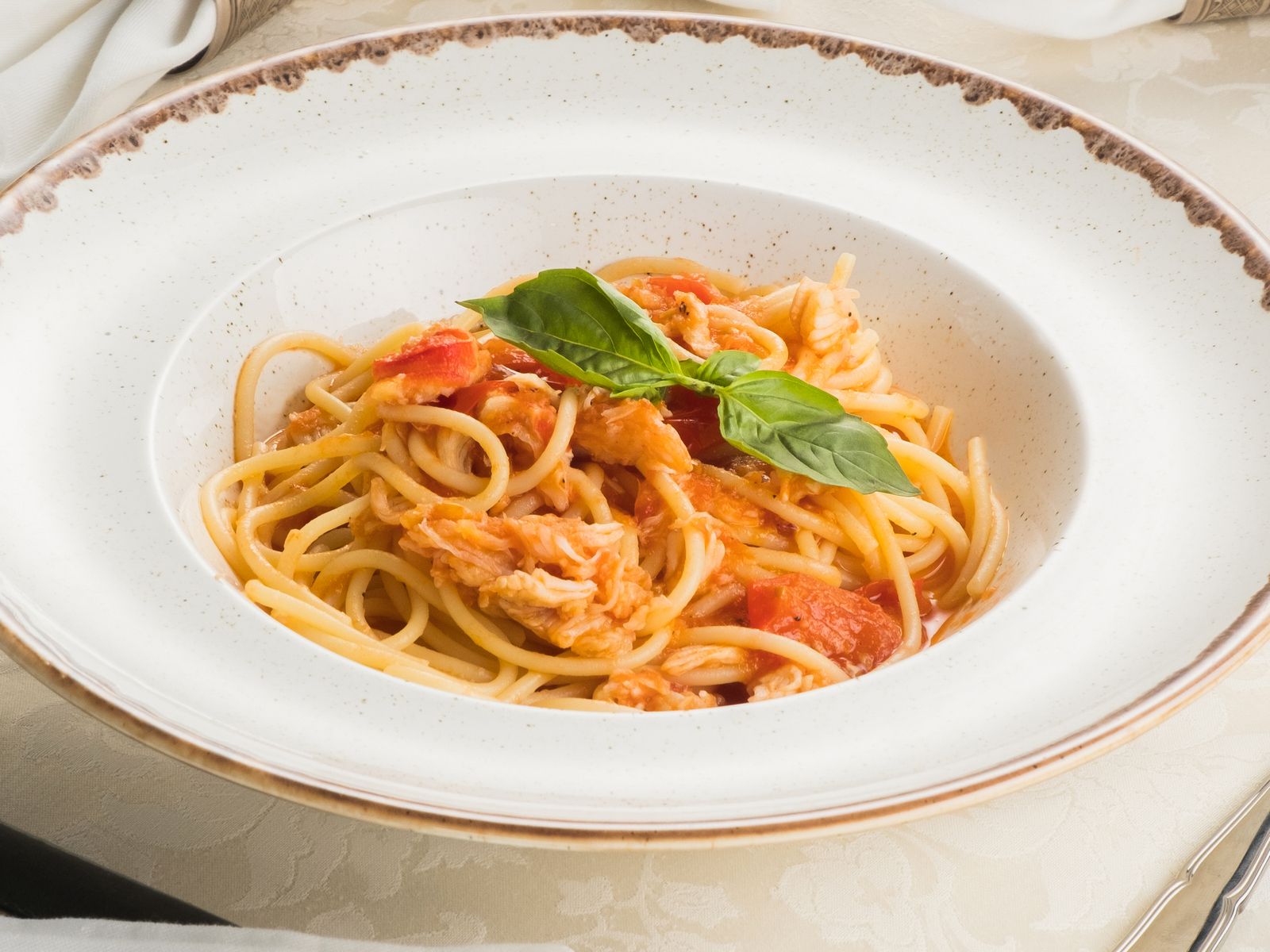 Спагетти с камчатским крабом в томатном соусе