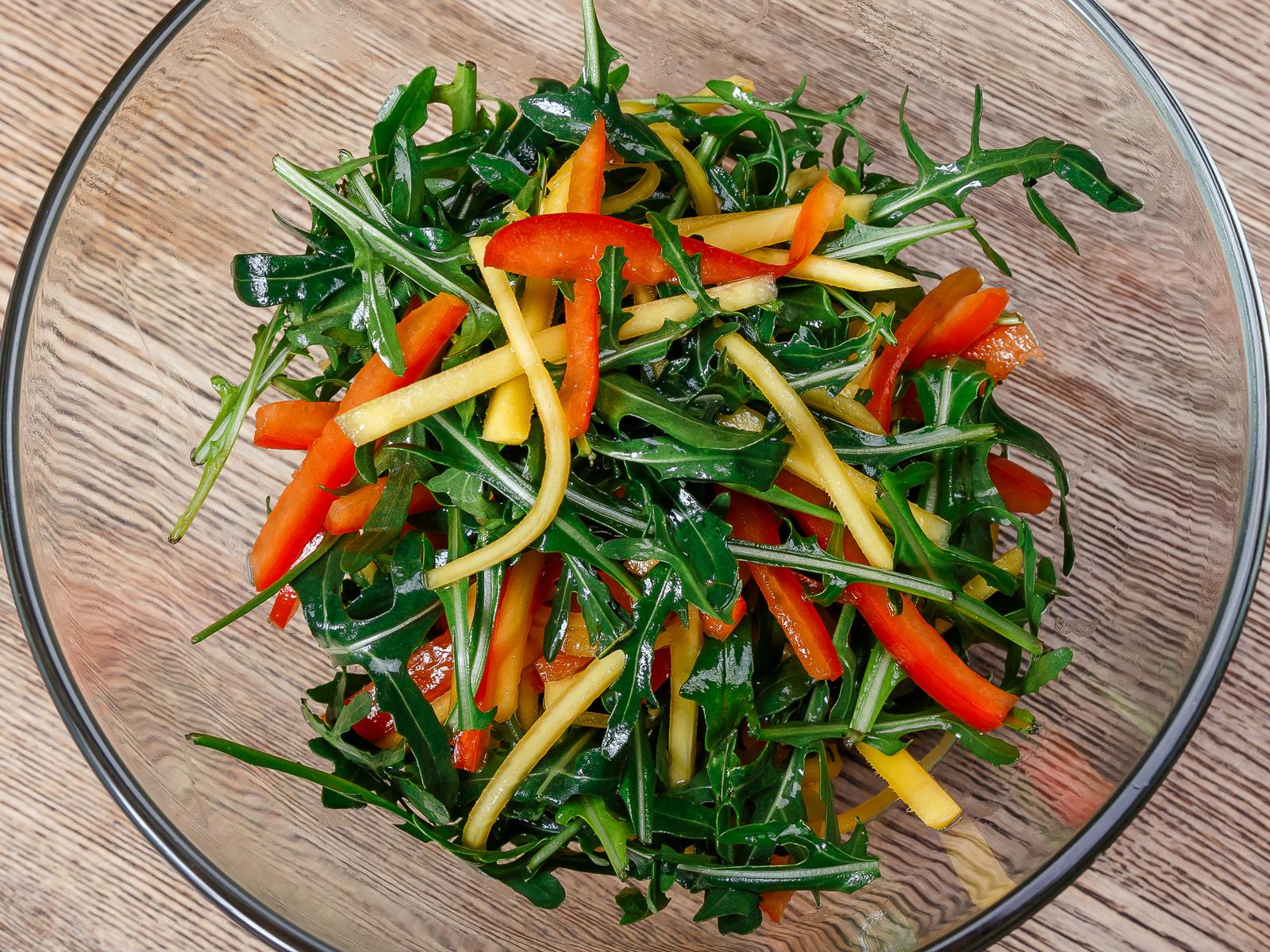 Зеленый салат с манго