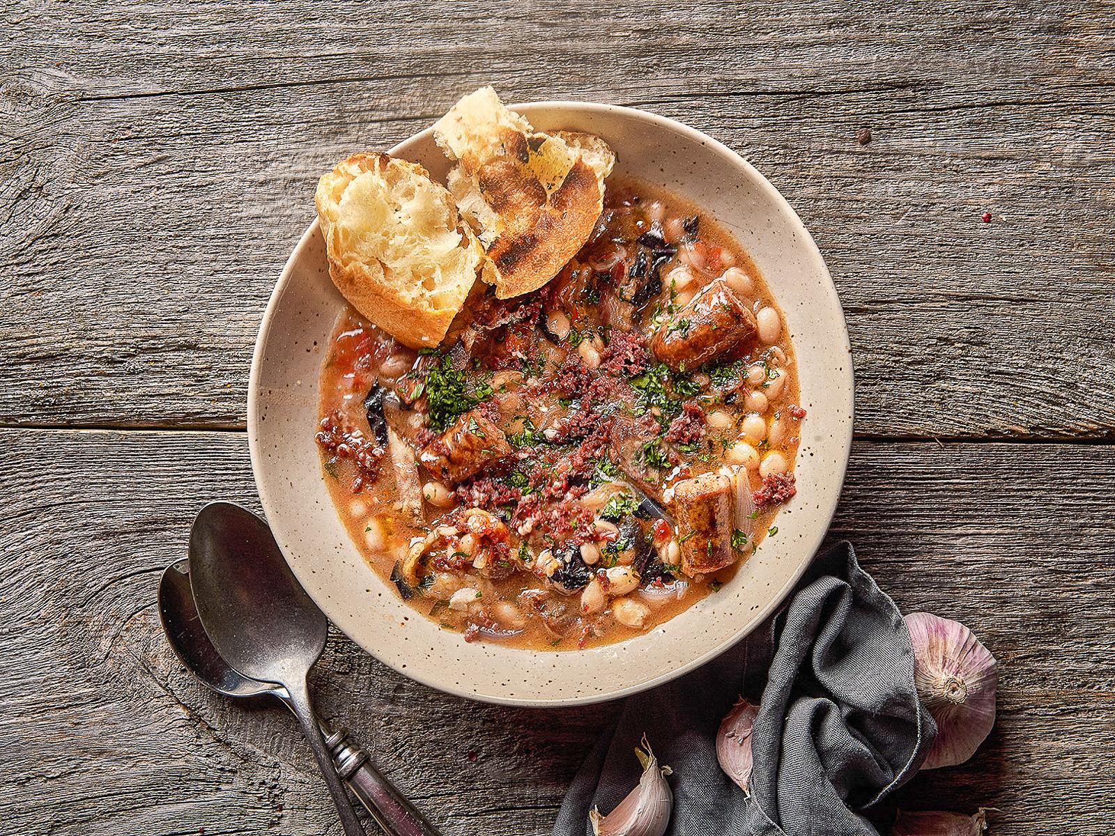 Суп-рагу из белой фасоли с копченостями