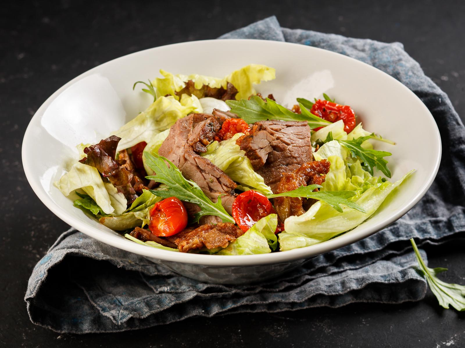Тёплый салат с ростбифом