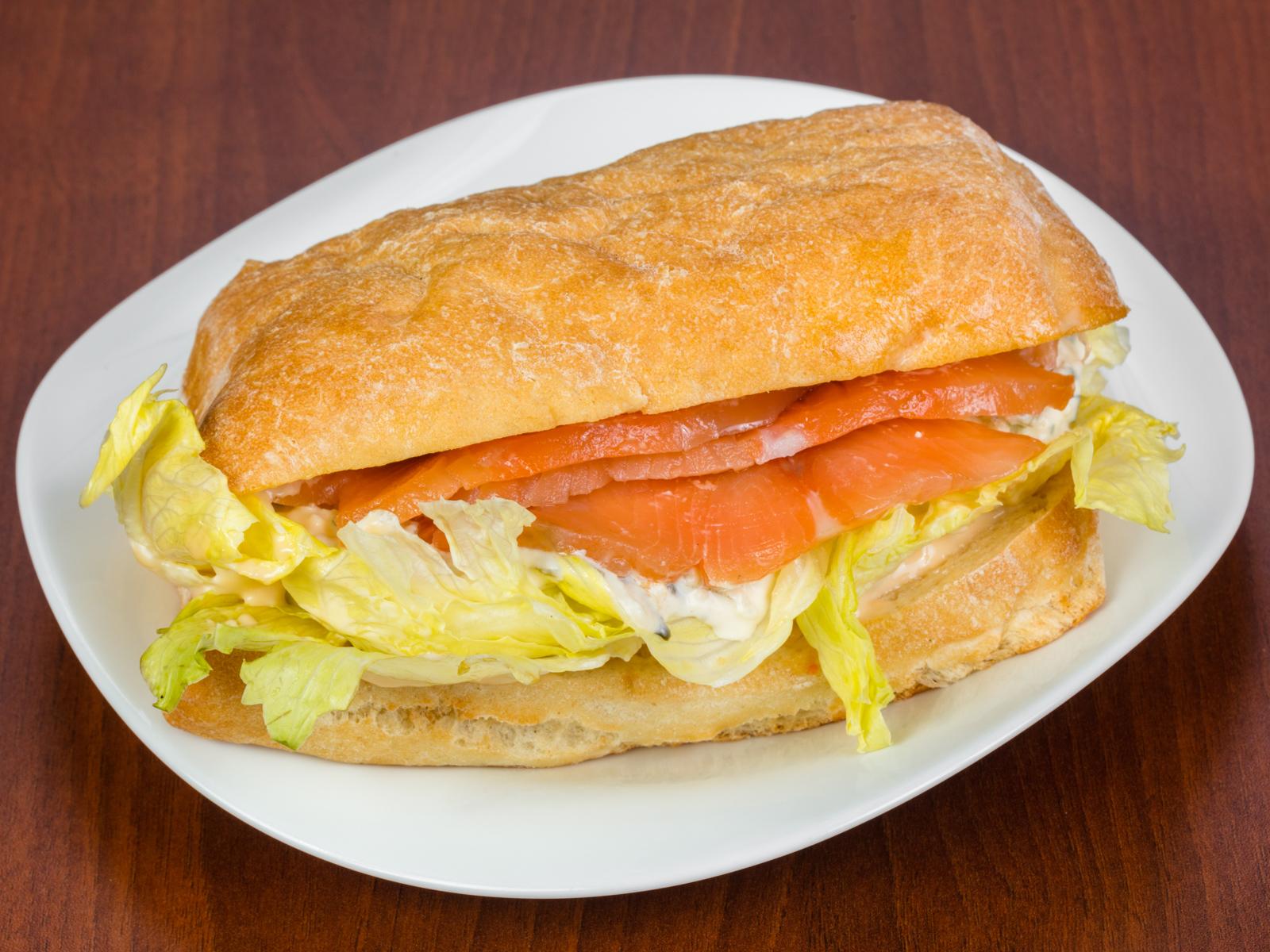 Сендвич с семгой слабосолёной