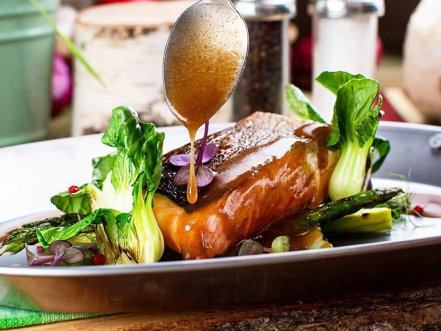 Филе лосося со спаржей и пак-чой