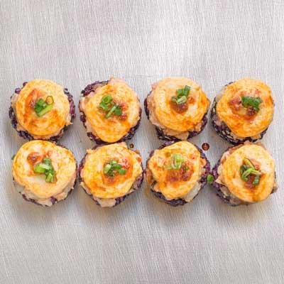 Запеченный черный ролл с морепродуктами и сыром моцарелла