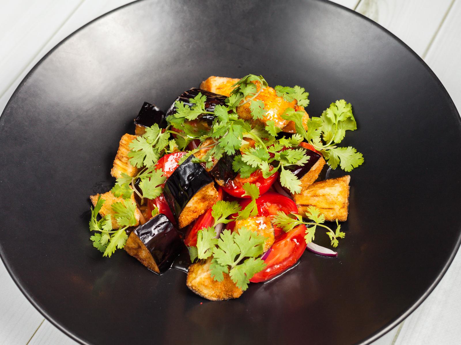 Хрустящий баклажан с томатами и кинзой