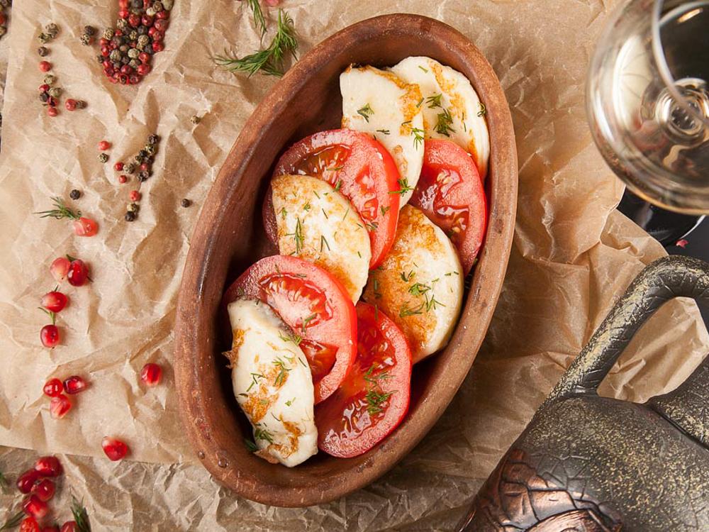 Сулугуни жареный с томатами