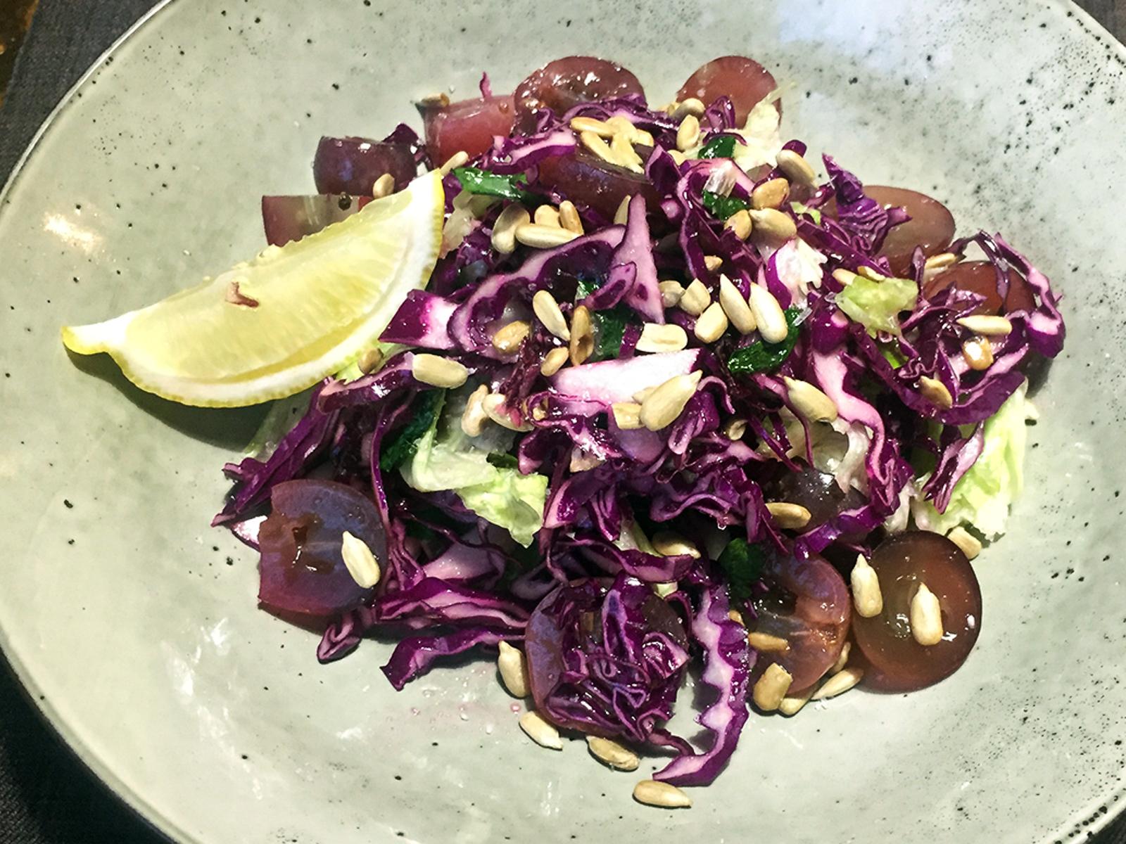 Салат из винограда и красной капусты