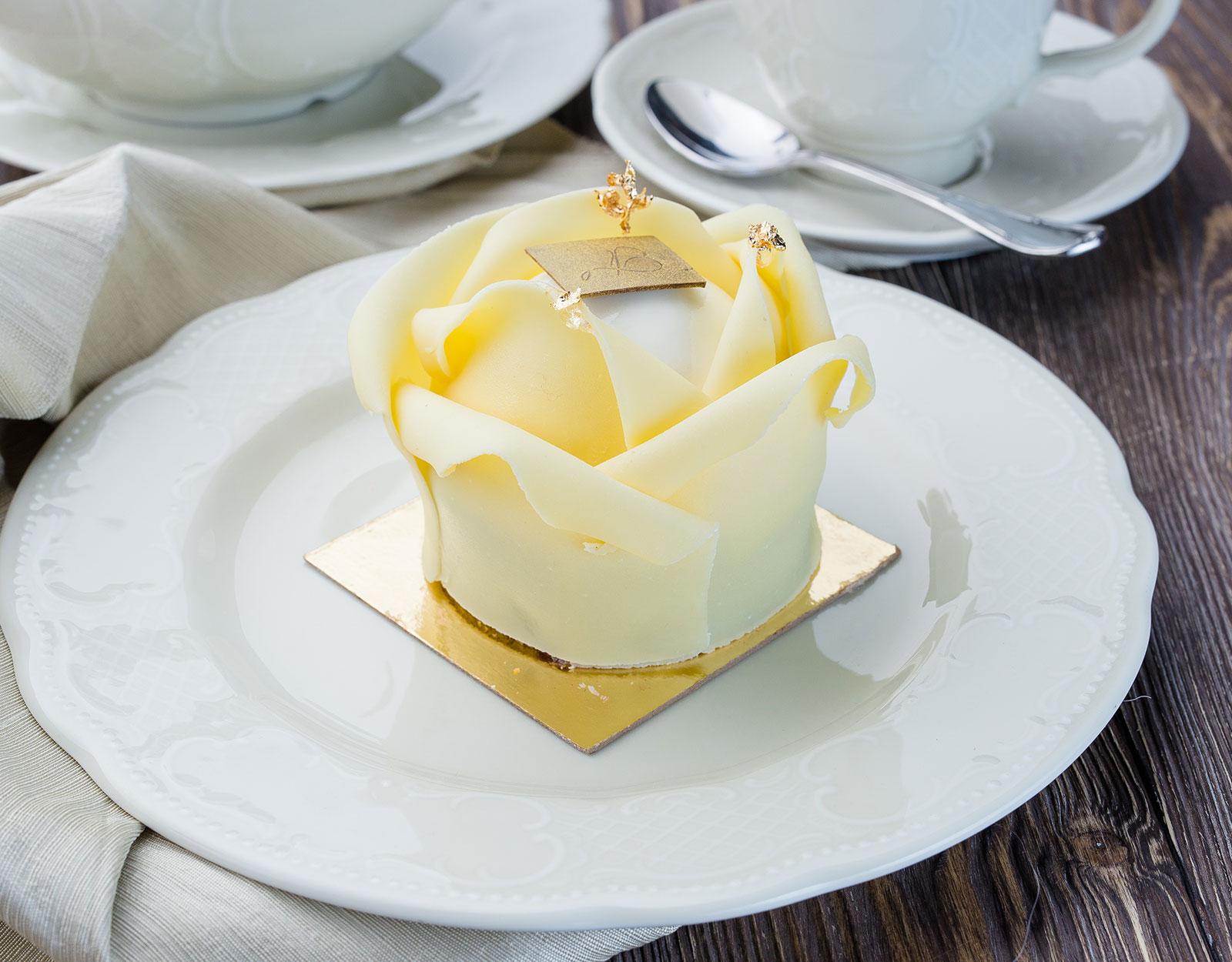 Йогуртовой десертъ съ ягодою и фисташкою (Белая Роза)